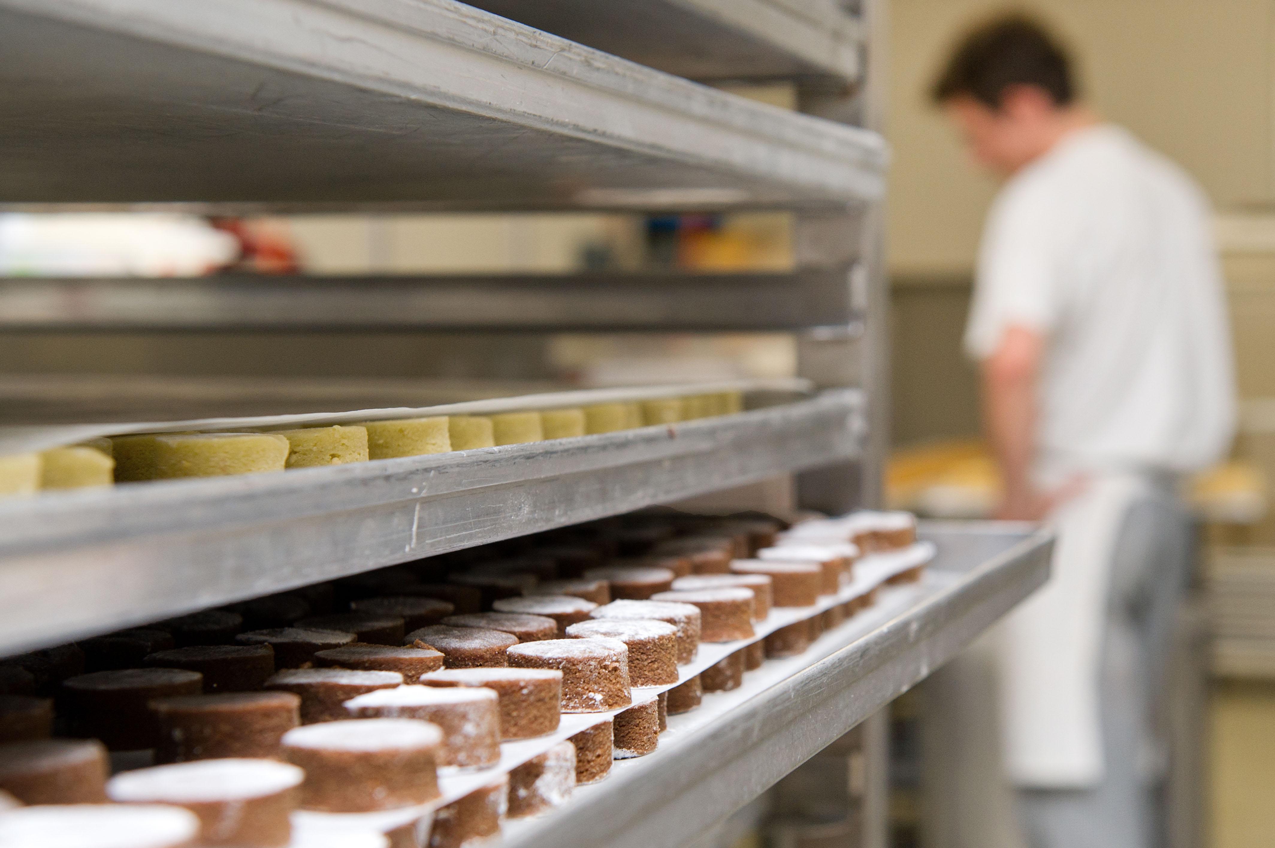 Zahlreiche Bleche mit Pralinenrohmasse liegen am 25.10.2012 in der Backstube der Confiserie Reichert in Berlin zur Weiterverarbeitung.
