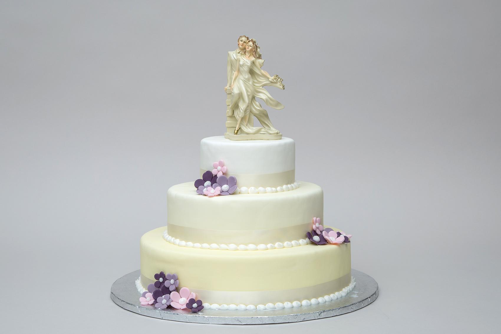Schlichte Torte mit Blumen